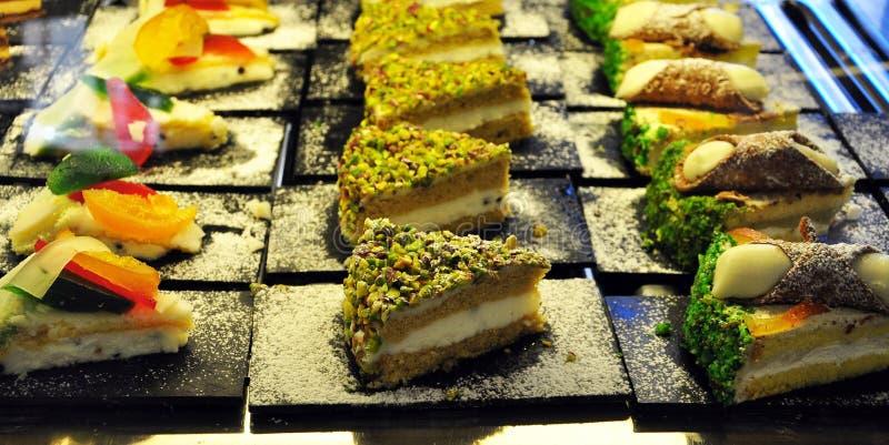 Siciliaanse bakkerij Traditionele snoepjes, gebakjes en gestold stock afbeeldingen