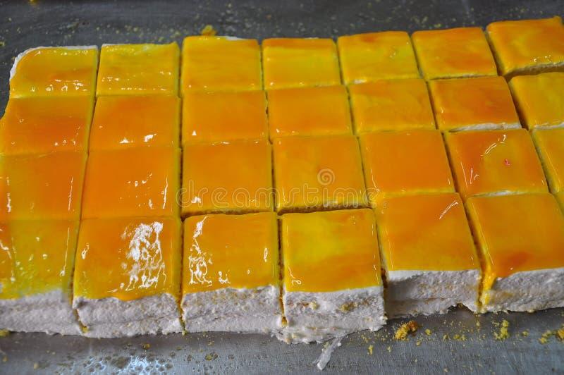 Siciliaanse bakkerijworkshop Traditionele oranje cake stock foto's