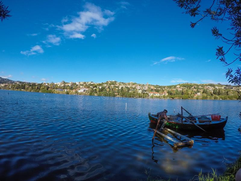Siciliaanse visser op het meer van ganzirri stock fotografie