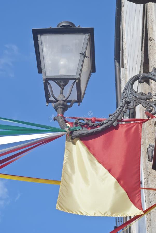 Sicilian flagga- och gatalampa royaltyfri bild
