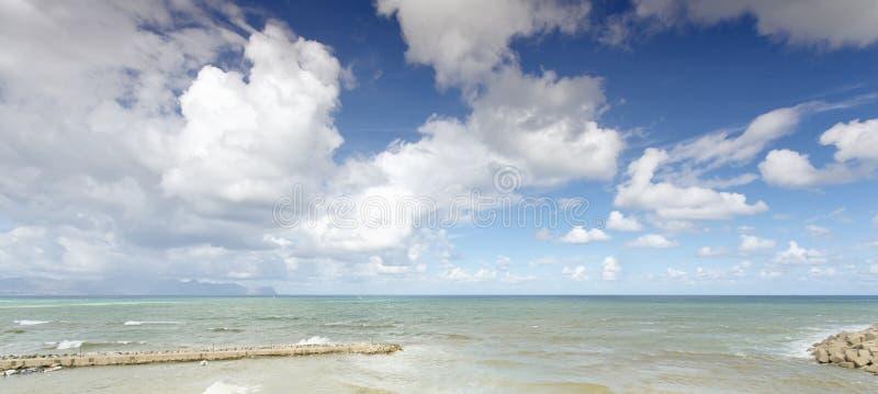 Sicilian kustlinje i morgonen royaltyfria foton