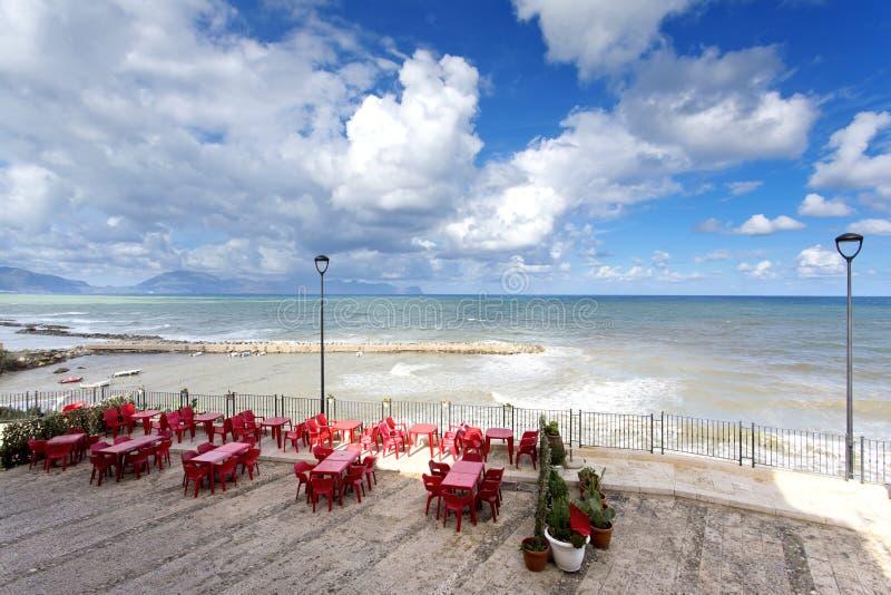 Sicilian kustlinje i morgonen royaltyfri foto