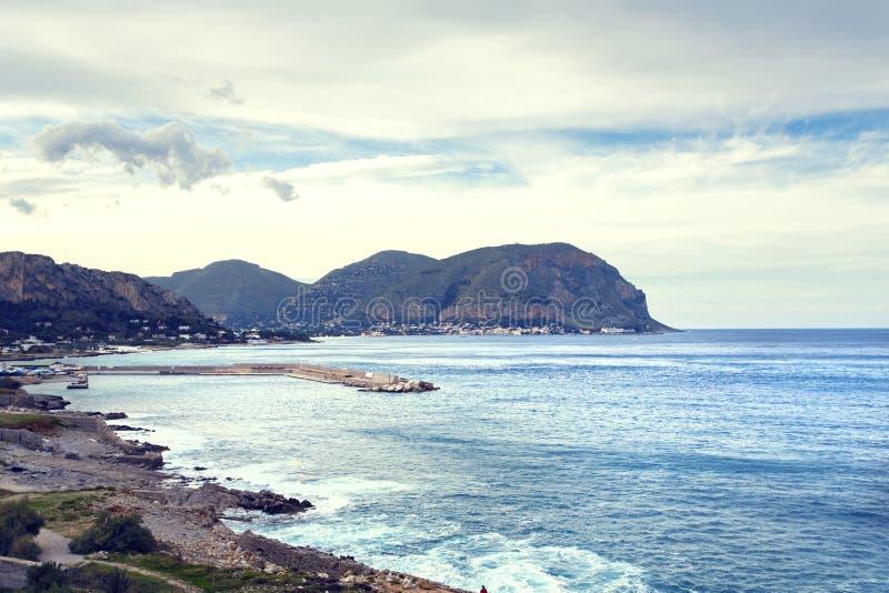 Sicilian kustlinje i morgonen arkivbild