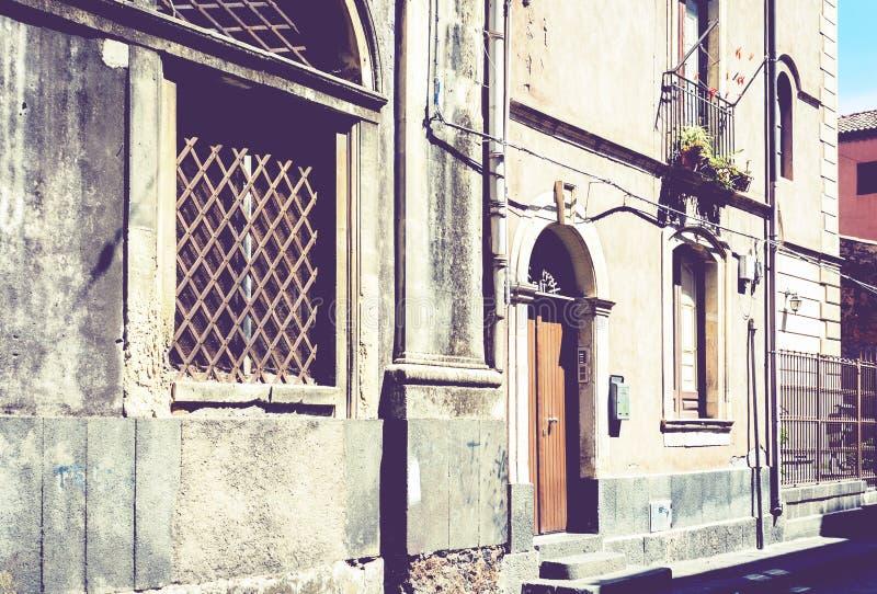 Sicilien ing?ngsd?rr p? fasad av gammal barock byggnad i Catania, traditionell arkitektur av Italien royaltyfria foton