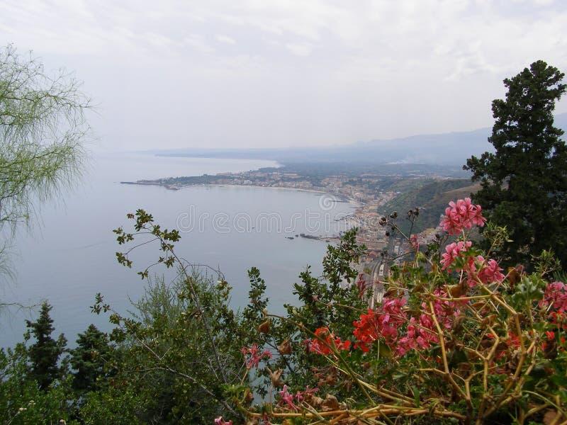 Sicilien Taormina Mediterenian sikt från Giardini Della Villa Communale Towards Naxos royaltyfria bilder