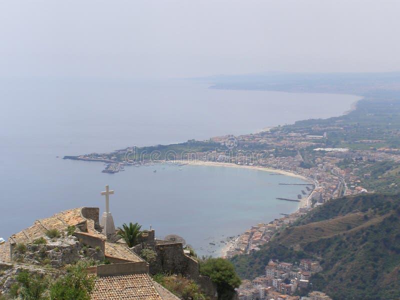 Sicilien Taormina sikt från från Castelmolla över en fjärd royaltyfri foto
