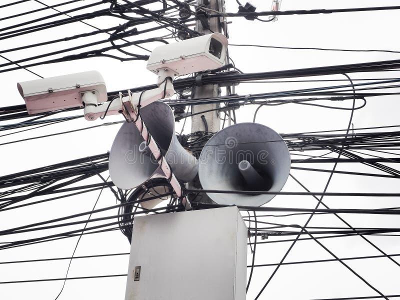 Sicurezza della macchina fotografica del CCTV ed altoparlante del corno dell'annata con i cavi fotografia stock