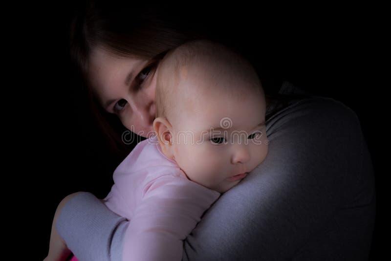 Sicurezza delle armi delle madri - madre che tiene un bambino lei armi fotografia stock libera da diritti