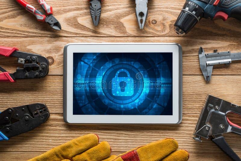 Sicurezza di web e concetto di tecnologia con il pc della compressa sulla tavola di legno immagine stock