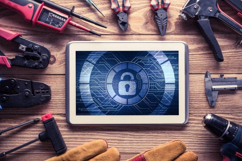 Sicurezza di web e concetto di tecnologia con il pc della compressa sulla linguetta di legno immagine stock