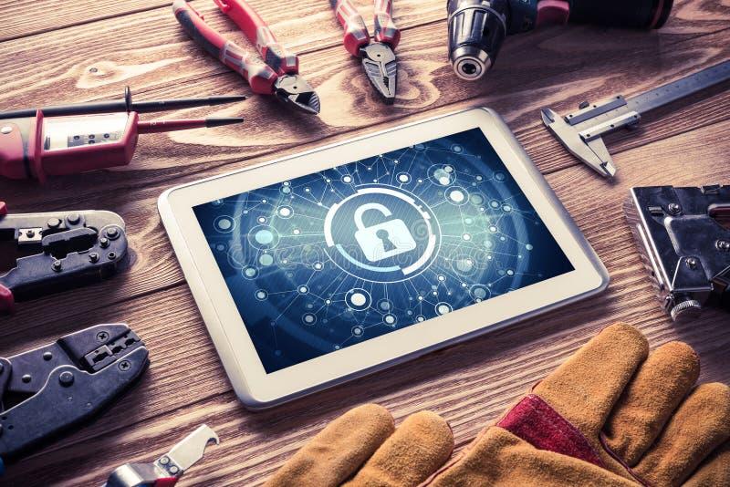 Sicurezza di web e concetto di tecnologia con il pc della compressa sulla linguetta di legno immagini stock