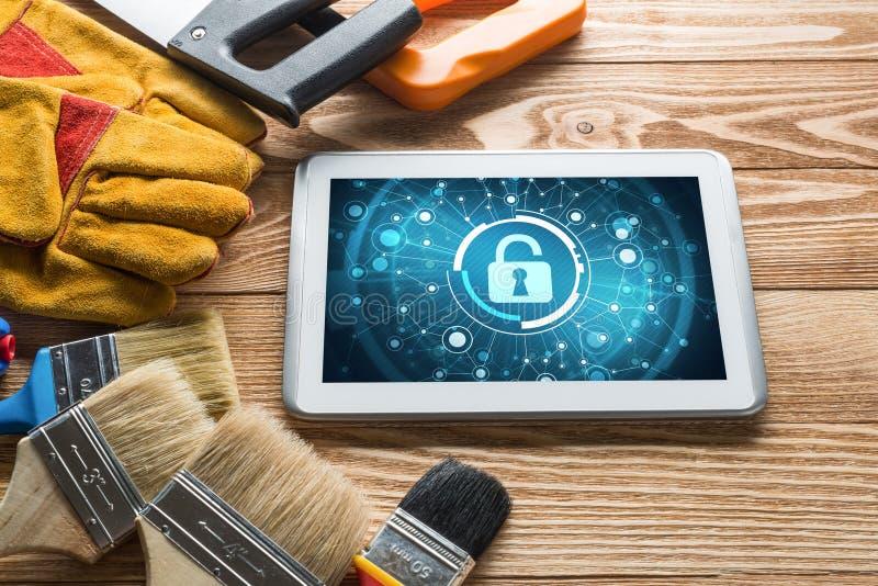 Sicurezza di web e concetto di tecnologia con il pc della compressa sulla tavola di legno fotografia stock