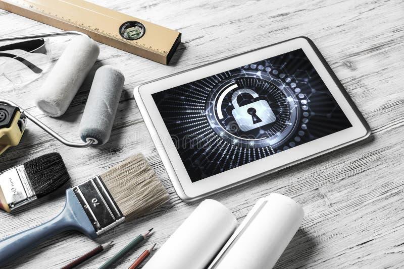 Sicurezza di web e concetto di tecnologia con il pc della compressa sulla tavola di legno immagine stock libera da diritti