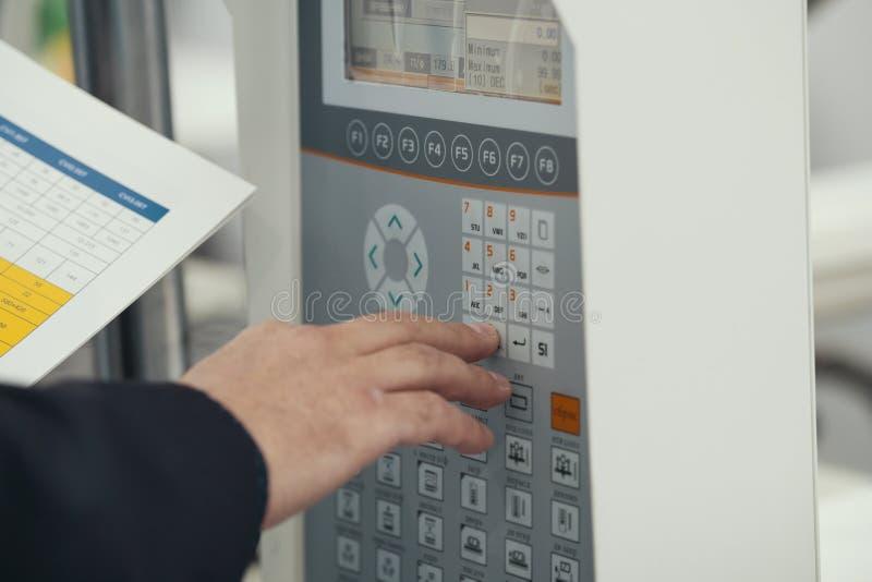 Sicurezza energetica - pannello dell'amministrazione di sistema Il lavoratore dell'uomo manipola per telecomando industriale fotografie stock libere da diritti