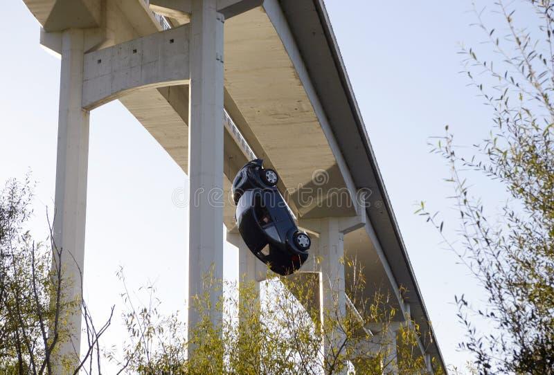 Sicurezza, il pericolo, automobile che cade dal ponte, romanzo, realtà fotografie stock