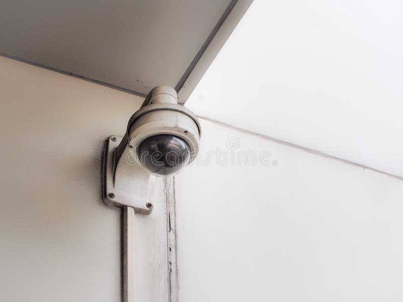 Sicurezza vecchia della macchina fotografica del CCTV sul muro di cemento fotografia stock libera da diritti