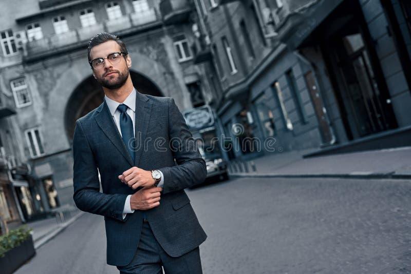 Sicuro e bello Integrale del giovane in vestito pieno MP immagine stock libera da diritti