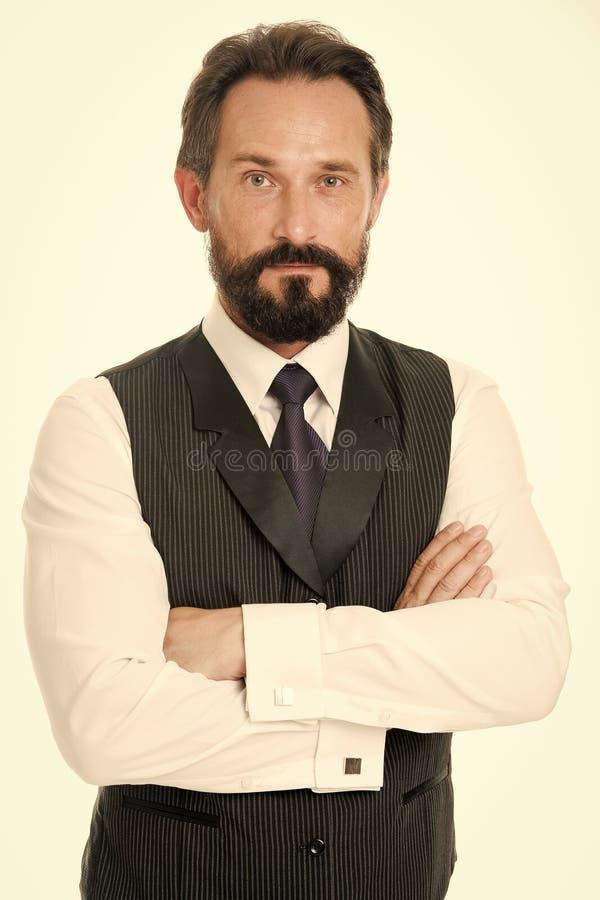 Sicuro e riuscito L'uomo d'affari che l'abbigliamento convenzionale classico si tiene per mano attraversato su comportamento di a fotografia stock libera da diritti