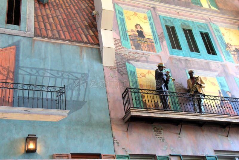 Sida av byggnad med räcke som målas med en typisk plats längs gatorna av New Orleans, 2016 royaltyfria foton