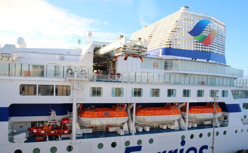 Sida av den Brittany Ferries färjan som visar livfartyg och tratt royaltyfria bilder