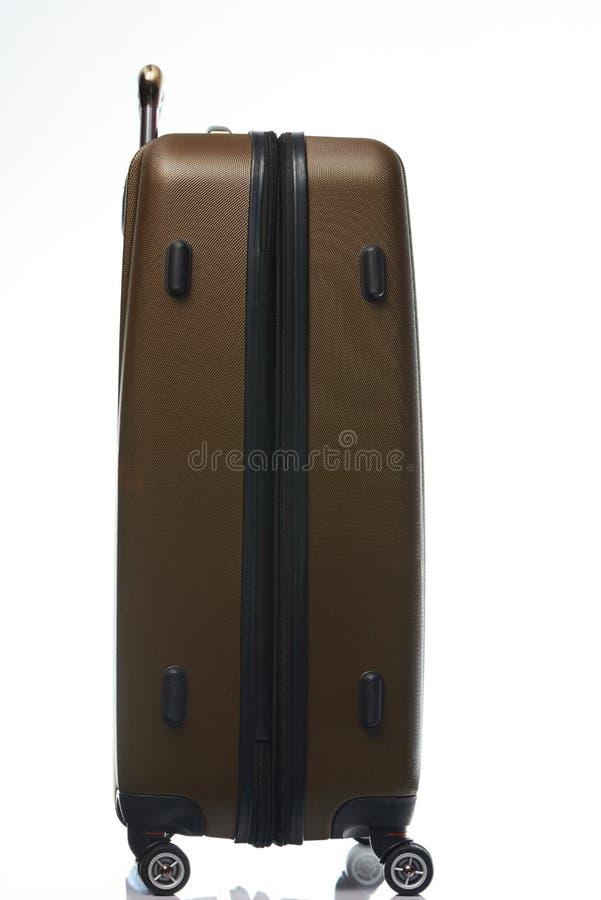 Sida av den stängda bruna resväskan royaltyfri bild