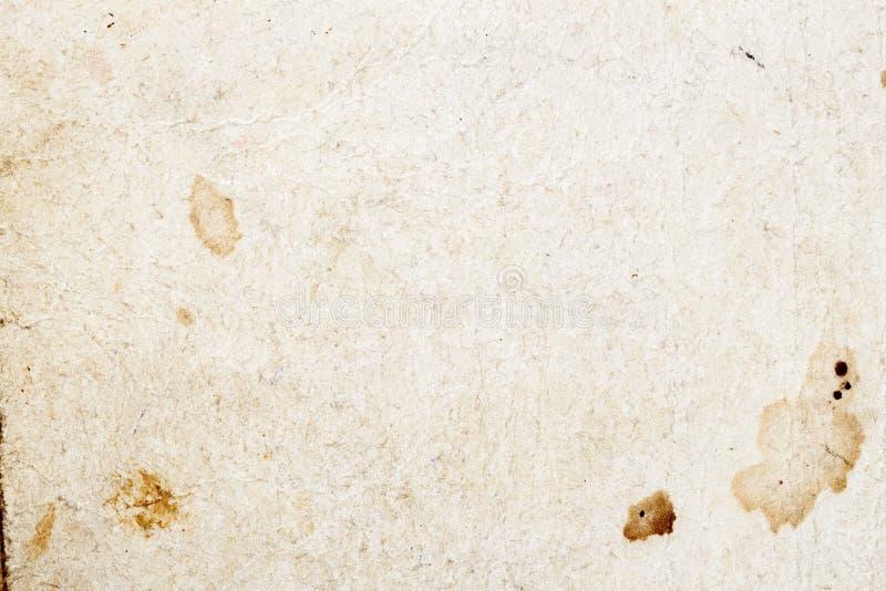 Sida av en gammal bok Textur av gammalt mögligt papper med smutsfläckar, fläckar, medräknanden cellulosa, texturgrungetappning arkivfoton