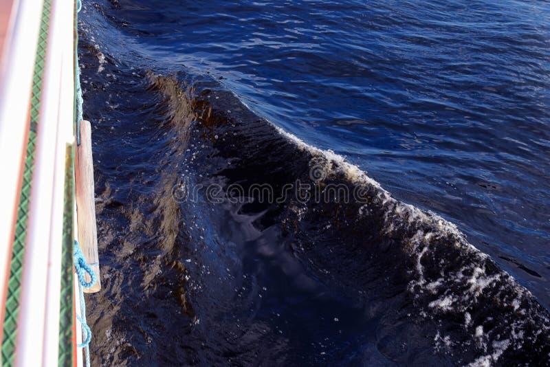 Sida av fartyget med pilbågevågen arkivfoto