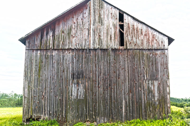 Sida av Gray Rustic Weathered Tall Barn arkivbilder