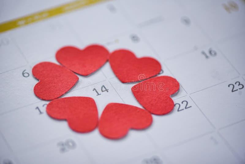 Sida för kalender för begrepp för tid för förälskelse för valentindagkalender med röd hjärta på Februari 14 av helgonvalentin dag fotografering för bildbyråer