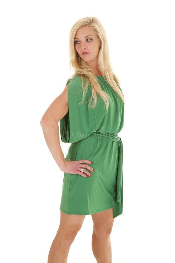 Sida för look för kvinnagreenklänning allvarlig arkivfoto