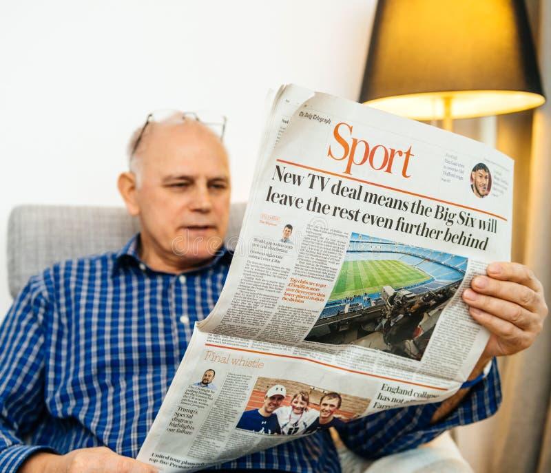 Sida för manläsningsport med stor-Sex nyheterna royaltyfri bild