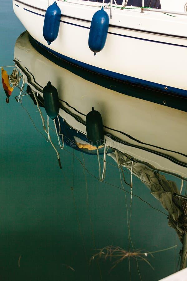 Sida för sportyachtfartyg som reflekterar i vatten royaltyfri bild