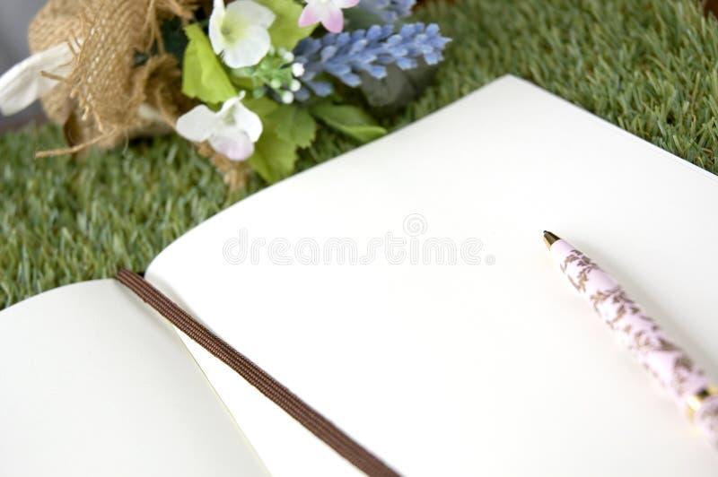 Sida för tomt papper med pennan arkivbild
