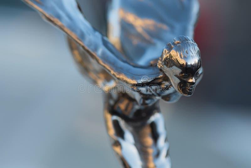 Sida vid sidan av Ecstasy, motorhuvens dekorationsskulptur på Rolls-Royce-bilen arkivfoton