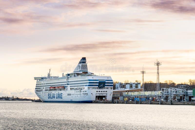 Sida vid sidan av Silja Line-bolagets stora passagerarkryssningsfartyg Serenad förtöjd i Helsingfors hamn royaltyfri bild