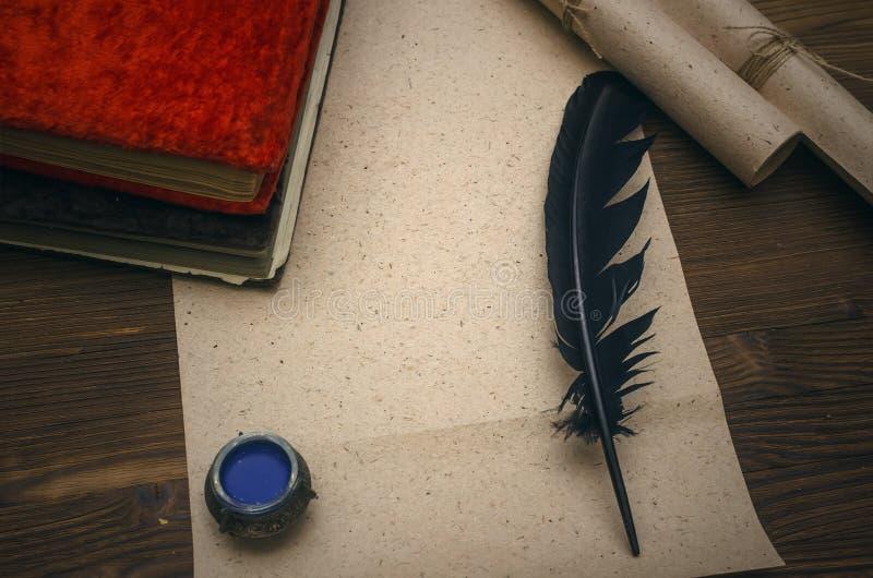 Sidaark för tomt papper med kopieringsutrymme, fjäderpenna Utbildning royaltyfri bild