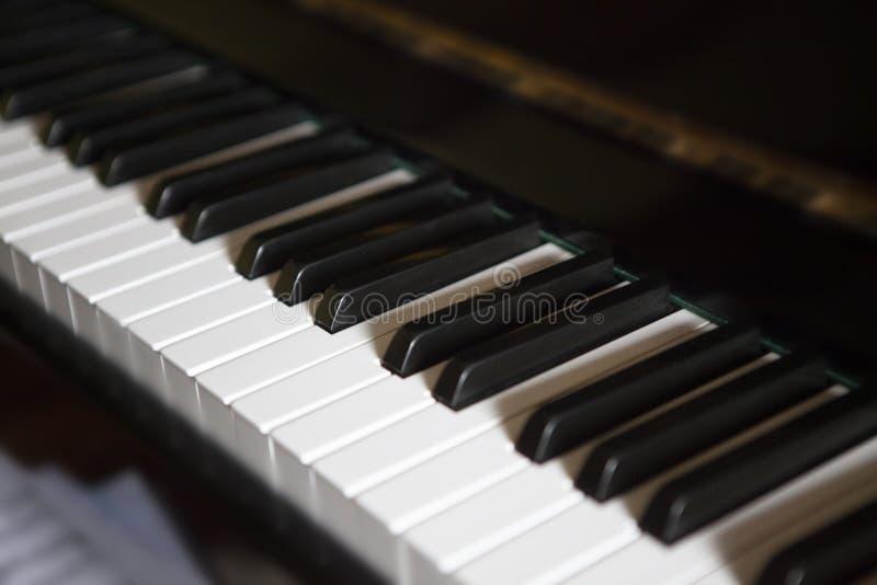 Sidan besk?dar av piano skrivar royaltyfri fotografi