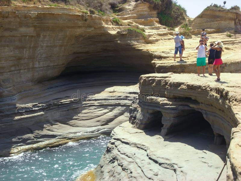 Sidari, Korfu, Griechenland - 8. Juni 2013: Touristen, die Spaß an Kanal d ` Liebe auf Korfu- haben - Kerkyra-Insel - Sidari-Stra lizenzfreie stockfotografie
