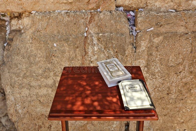 Siddur y libro de salmos en la pared occidental en Jerusalén. imagen de archivo