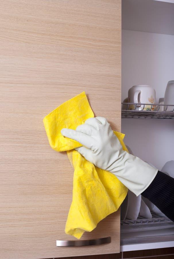 Sideboard della cucina di pulizia della mano fotografia stock libera da diritti