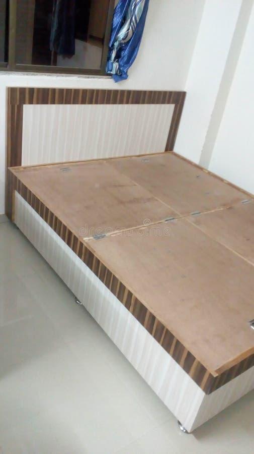 Sidelook del diseño de la cama matrimonial fotografía de archivo libre de regalías