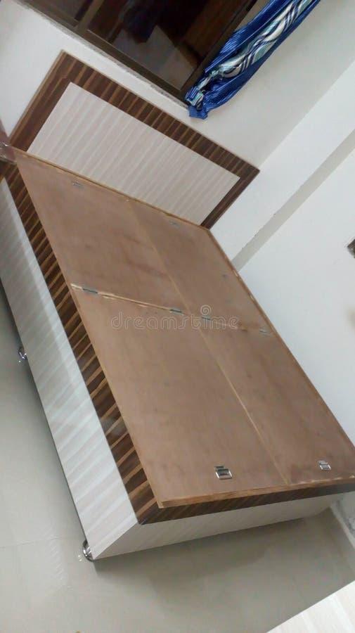 Sidelook del diseño de la cama matrimonial fotos de archivo