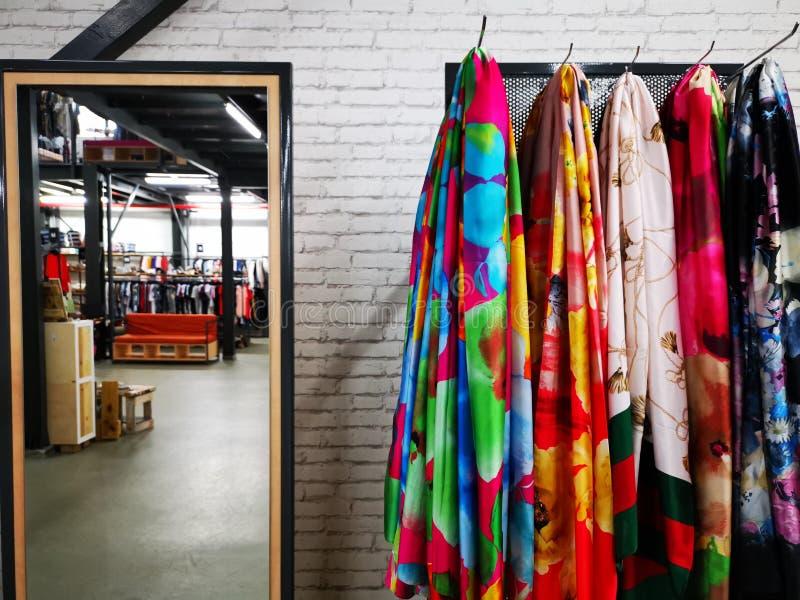 Siden- scarves som är färgrika för kvinnor arkivbild