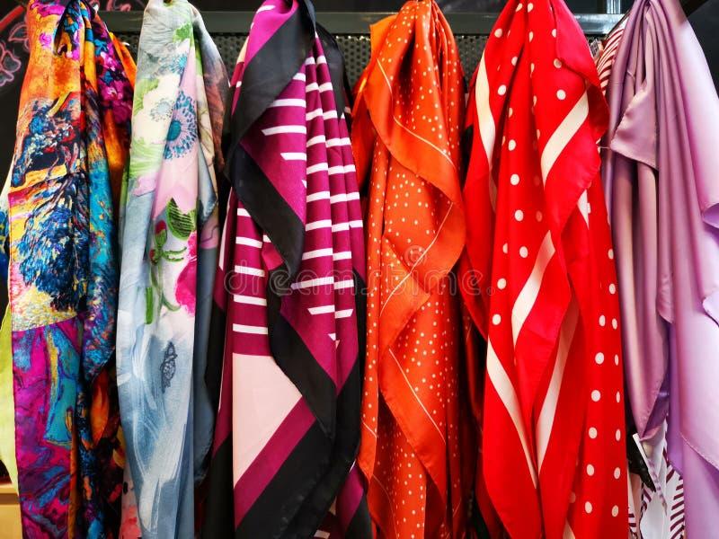 Siden- scarves som är färgrika för kvinnor arkivfoton