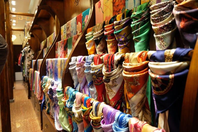 Siden- scarves som är till salu på silke, shoppar i den Hangzhou staden, Kina royaltyfria foton