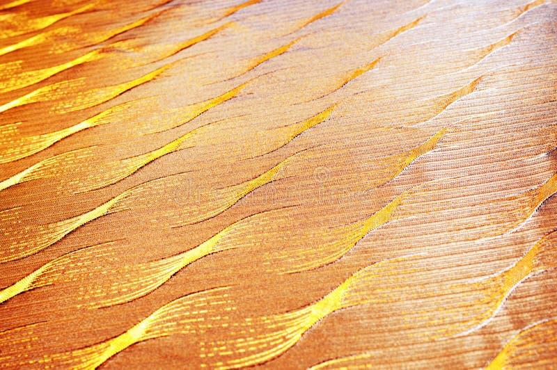 Siden- tyg för texturbakgrundsmodell med guld- trådgrå färgnob arkivbild