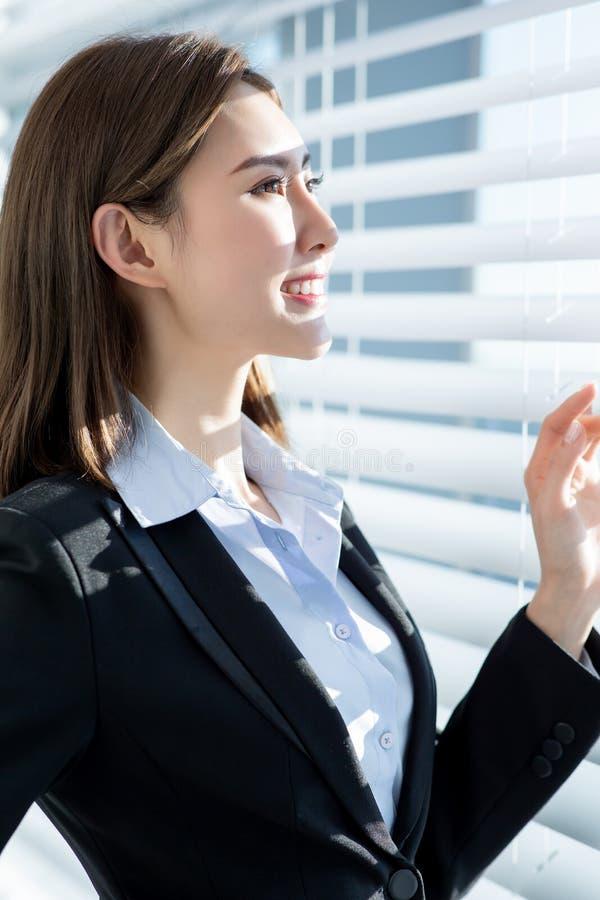 Sideview av leendet för affärskvinna royaltyfri foto