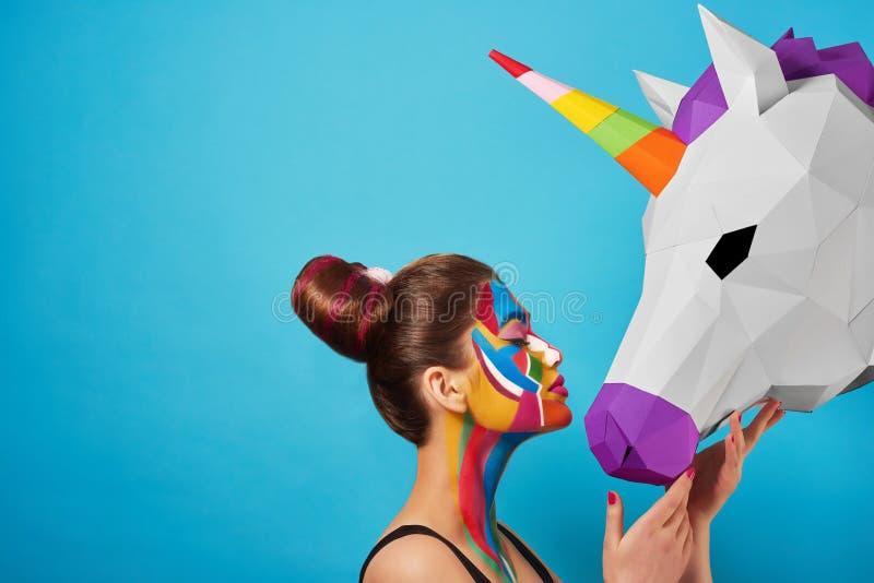 Sideview del retrato del arte pop del modelo que lleva figuras coloridas en su cara fotografía de archivo libre de regalías