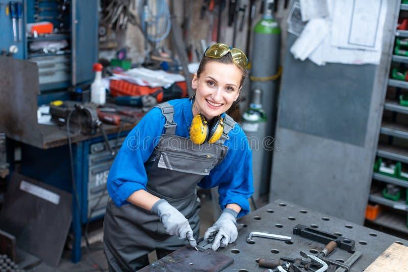 Sideview des Arbeitskraftfrauen-Markierungsmetallstücks lizenzfreie stockfotografie