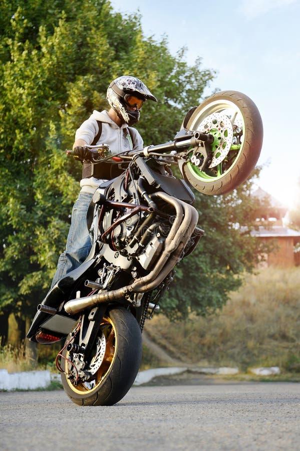 Sideview di pratica del motociclista estremo di trucco immagini stock